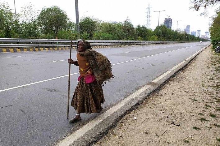 Corona - 90 years old Kajodi walks afoot from Delhi  to her village in Rajasthan